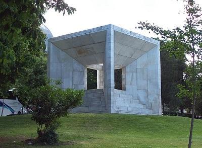 Monumento a la constitucion Española de 1978. Jardín del Museo de Ciencias Naturales. Autor fotografia Luis Garcia