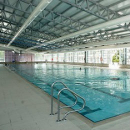 Centro deportivo municipal aluche portal de las for Piscina climatizada madrid